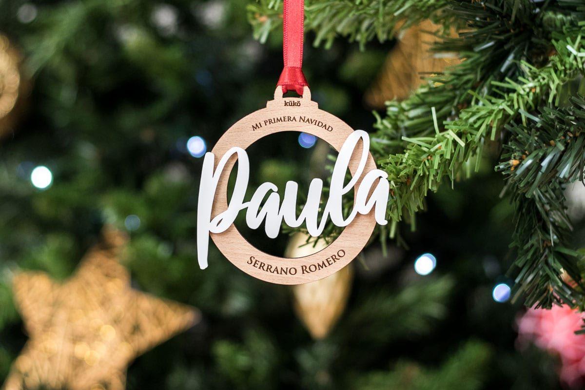 Bola de Navidad de madera, personalizada con nombre y frase.