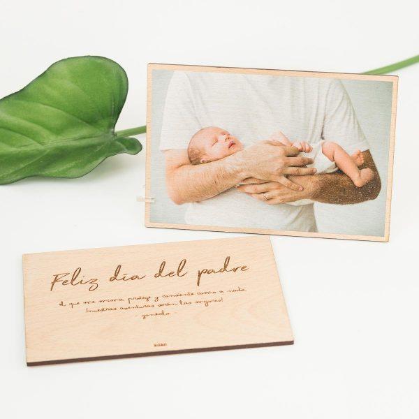 Foto de madera de doble cara personalizada con una felicitación para el día del padre.