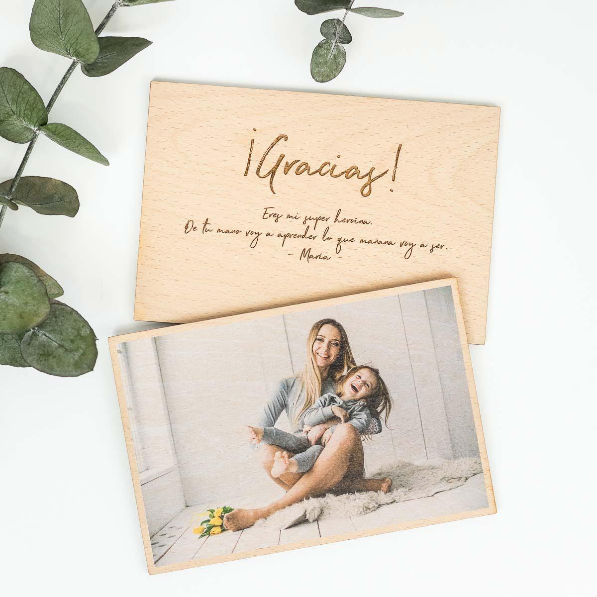 Foto de madera de doble cara personalizada con una felicitación para el día de la madre.