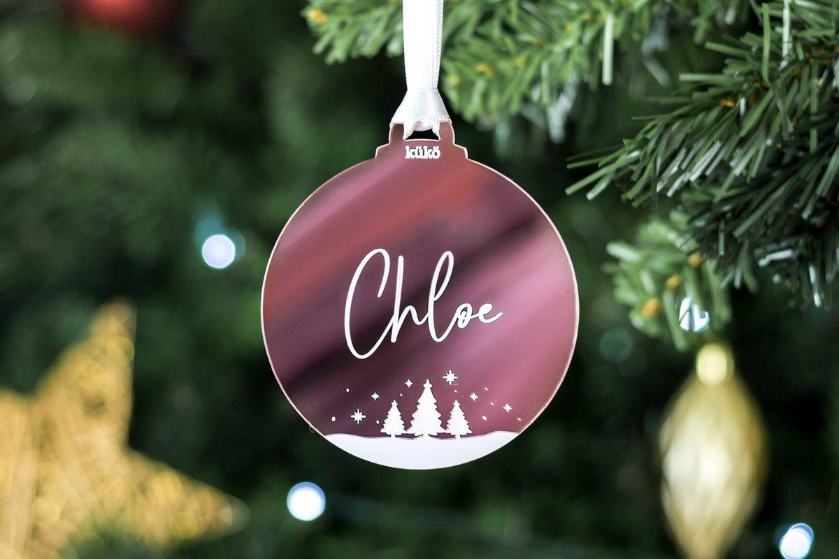 Adorno de Navidad en forma de bola para colgar personalizado con nombre (blanco y rosa)