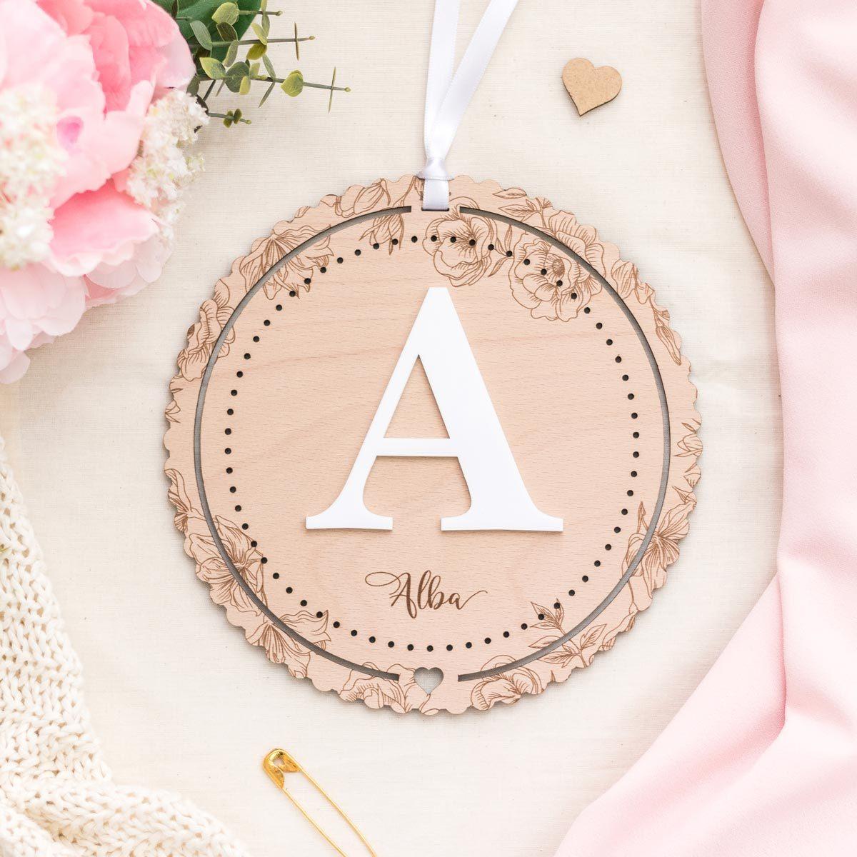 Placa con inicial floral